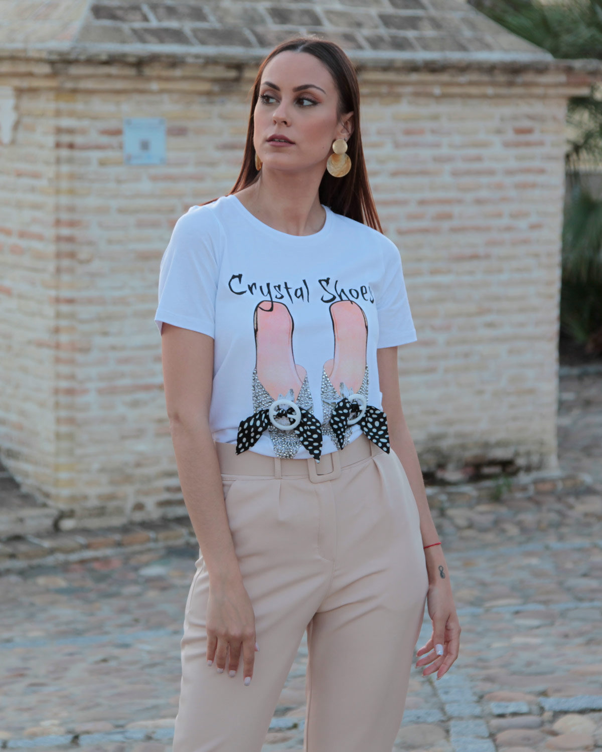 camiseta-blanca-zapatos-brillo